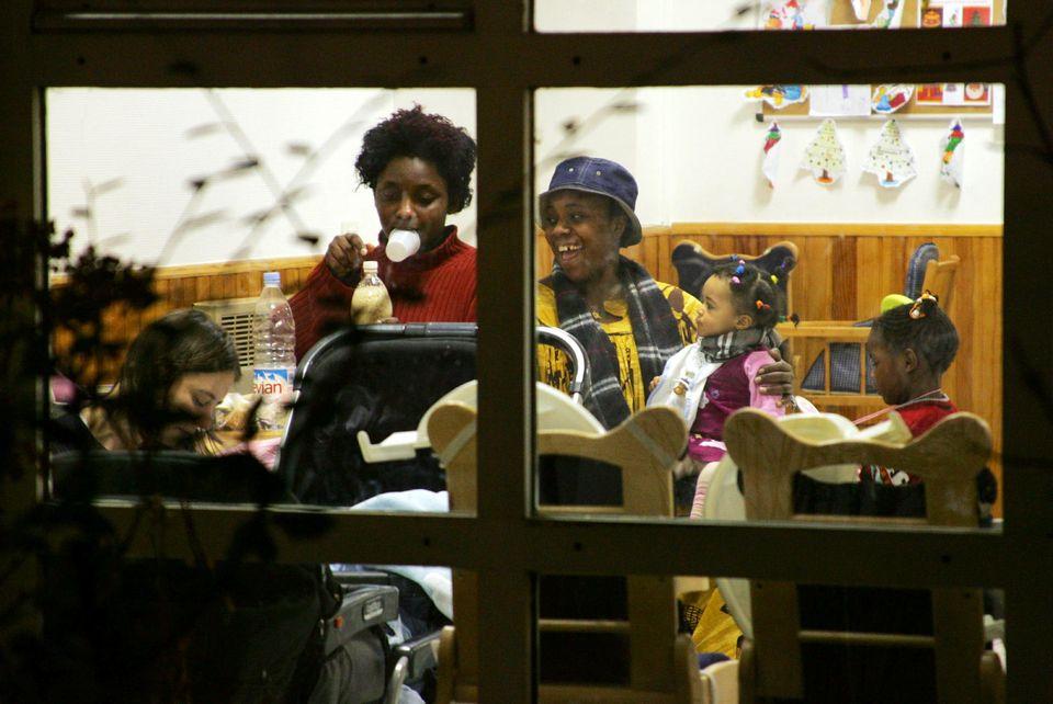 Des femmes dînent avec leurs enfants au foyer Églantine du Centre d'action sociale protestante à Paris (CASP). Photo : Joel Saget. AFP