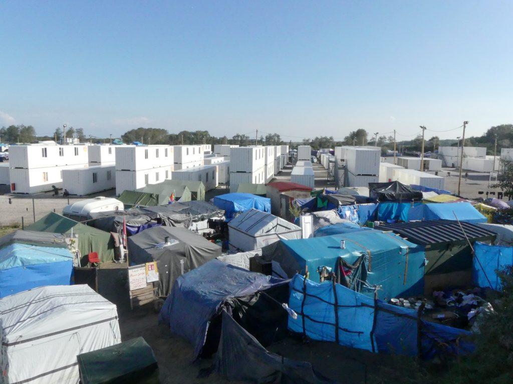 """La """"Jungle"""" de Calais et le centre d'accueil provisoire où ont été hébergés les mineurs isolés lors du démantèlement"""